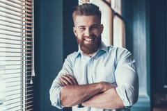 Молодой и красивый бизнесмен в современном офисе Стоковое Фото