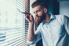 Молодой и красивый бизнесмен в современном офисе Стоковые Изображения RF
