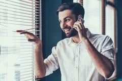 Молодой и красивый бизнесмен в современном офисе Стоковая Фотография RF