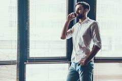 Молодой и красивый бизнесмен в современном офисе Стоковые Фотографии RF