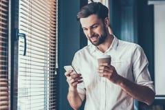 Молодой и красивый бизнесмен в современном офисе Стоковые Фото