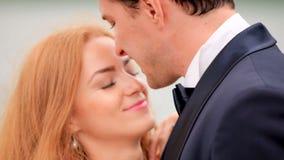 Молодой и красивый жених и невеста имея потеху на их день свадьбы сток-видео