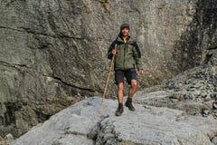 Молодой кавказский белый мужской турист идет с ручкой стоковые фотографии rf