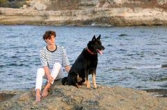 Молодой кавказский человек и его собака Стоковое Изображение RF