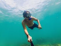 Молодой кавказский snorkeling человек под selfie Таиландом воды Стоковая Фотография RF