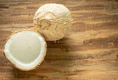 Молодой кокос на деревянной предпосылке с космосом для текста Стоковые Фотографии RF