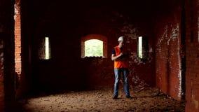 Молодой контролер проверяет стены старинного здания, историка видеоматериал