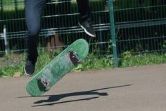 Молодой конькобежец мальчика в парке Стоковое фото RF