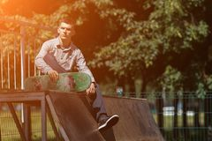 Молодой конькобежец мальчика в парке Стоковые Изображения