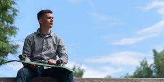 Молодой конькобежец мальчика в парке Стоковые Изображения RF