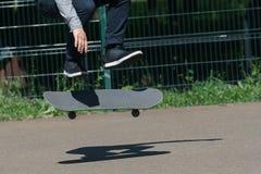 Молодой конькобежец мальчика в парке Стоковое Фото