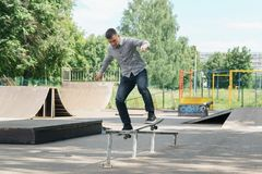 Молодой конькобежец мальчика в парке Стоковое Изображение RF