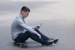 Молодой конькобежец мальчика в парке Стоковые Фото