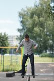 Молодой конькобежец мальчика в парке Стоковая Фотография