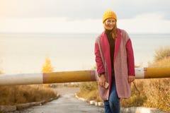 Молодой красивейший гулять женщины стоковое изображение rf