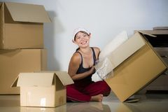 Молодой красивой и счастливой азиатской корейской возбужденный женщиной дома пол живя комнаты распаковывая пожитки от картонных к стоковое изображение rf
