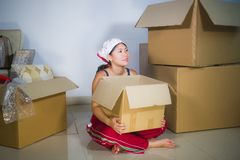 Молодой красивой и счастливой азиатской корейской возбужденный женщиной дома пол живя комнаты распаковывая пожитки от картонных к стоковые изображения