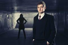 Молодой красивый бизнесмен в подземном тоннеле Стоковые Изображения