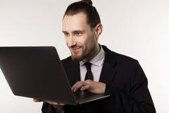 Молодой красивый бизнесмен с бородой и ультрамодным стилем причесок нося черные костюм и связь стоковые фотографии rf