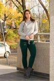 Молодой красивый девочка-подросток стоя против стены Стоковое Изображение