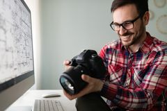Молодой красивый дизайнер работая на проекте на компьютере Стоковые Изображения RF