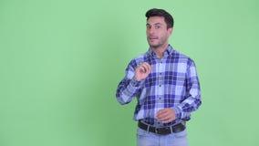 Молодой красивый испанский человек касаясь и объясняя что-то акции видеоматериалы
