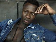 Молодой красивый и привлекательный атлетический черный Афро-американский человек в торсе открытой татуировки показа рубашки джинс стоковая фотография rf
