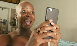 молодой красивый и счастливый черный Афро-американский усмехаться женщины возбужденный используя средства массовой информации app стоковое изображение