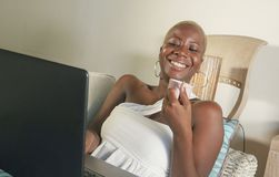 молодой красивый и счастливый черный Афро-американский усмехаться женщины возбужденный используя средства массовой информации app стоковое изображение rf