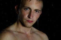 Молодой красивый парень в ливне Вода, чистота и свежесть Стоковое Изображение