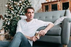Молодой красивый парень в студии Стоковая Фотография