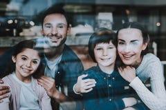 Молодой красивый портрет семьи в кафе стоковое изображение
