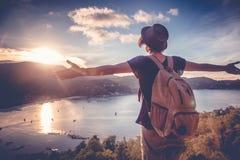 Молодой красивый путешественник битника женщины смотря заход солнца и bea Стоковое Фото