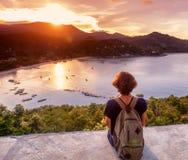 Молодой красивый путешественник битника женщины смотря заход солнца и bea Стоковое Изображение RF