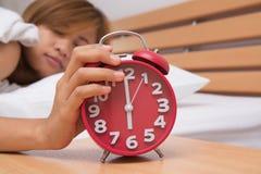 Молодой красивый спать и будильник женщины в спальне на hom Стоковая Фотография