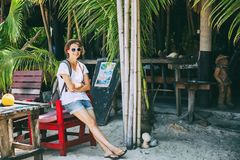 Молодой красивый счастливый битник женщины в шляпе и солнечных очках stan Стоковое Изображение RF