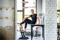 Молодой красивый танцор ослабляя в квартире стиля просторной квартиры стоковое фото rf
