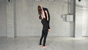 Молодой красивый танцор поднимаясь вверх по его женскому партнеру видеоматериал