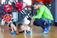 Молодой красивый тренер в спортзале изолированная принципиальной схемой белизна спорта стоковые фото
