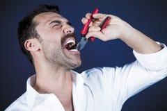 Молодой красивый человек вытягивая вне его зуб стоковые изображения