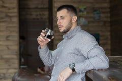 Молодой красивый человек в баре стоковое изображение rf