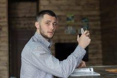 Молодой красивый человек в баре стоковое изображение