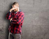 Молодой красивый человек изолированный над предпосылкой стены стоковое изображение