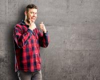 Молодой красивый человек над предпосылкой стены стоковое изображение rf