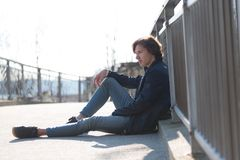 Молодой красивый человек сидящ и ждущ что-то стоковые фотографии rf