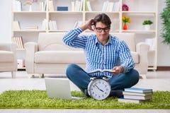 Молодой красивый человек сидя на поле дома Стоковая Фотография