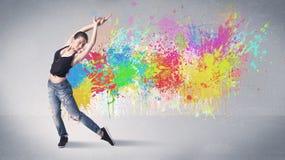 Молодой красочный танцор улицы с выплеском краски Стоковое Фото