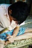 молодой мальчик высекая специфическую деревянную картину с деревянным молотком и зубилом стоковая фотография rf