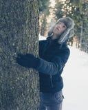 Молодой мальчик в одежде зимы с теплой шляпой Стоковое фото RF