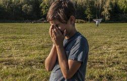 Молодой мальчик горюет над зрением его мертвой матери Стоковые Фотографии RF